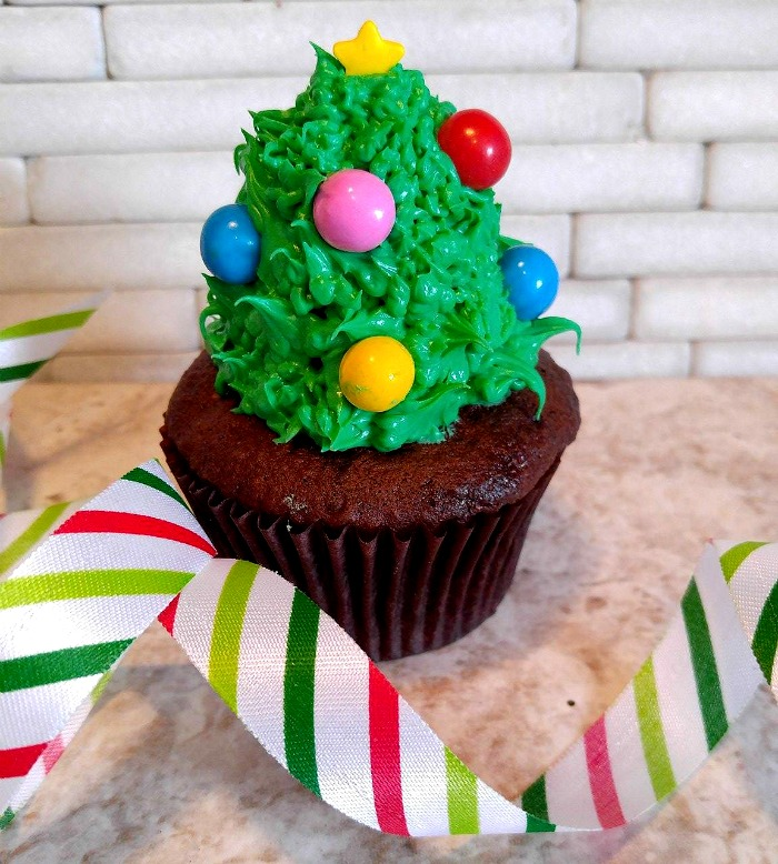 Use a grass tip to decorate the Christmas tree Cupcakes