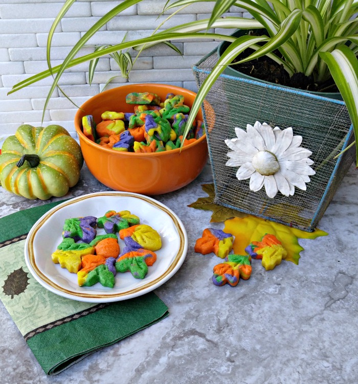 These Thanksgiving autumn leaf cookies make a lovely fall tablescape.