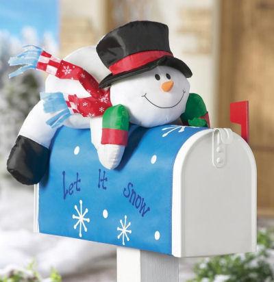 Пухлые снеговика, сидящего на вершине синяя Снежинка почтового ящика крышку.