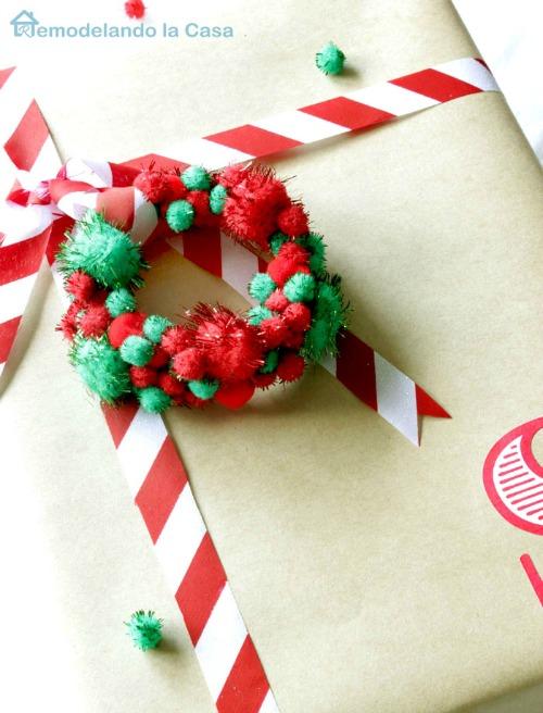 Pom pom package ornament from remodelandolacasa.com
