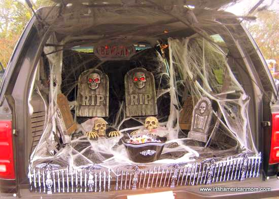 trick or treat graveyard in the back of a car from irishamericanmom.com