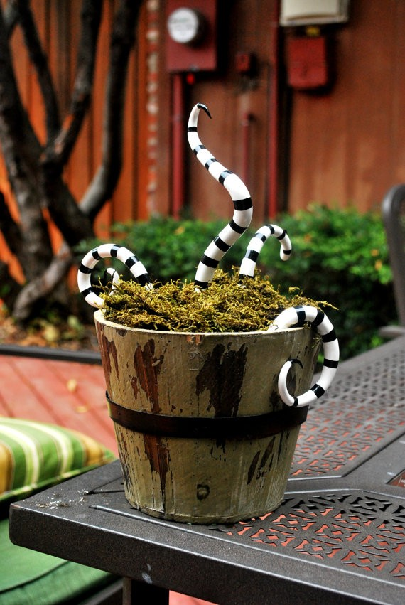 This scary snake basket makes a great seasonal prop for your front porch.