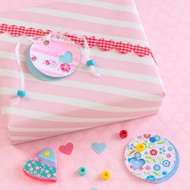 This DIY Valentine's Day Gift card is simple to do and needs just a few tools and supplies. Today's featured project from my friend Regina at mollymel.blogspot.com
