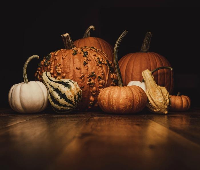 DIY fall decor idea - Pumpkins on a table